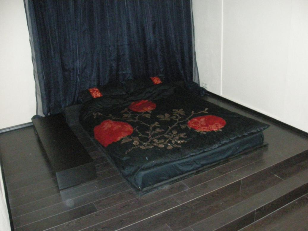 Таким образом, все пространство под подиумом в спальне можно умело использовать.  Для этого необходимо, чтобы в...