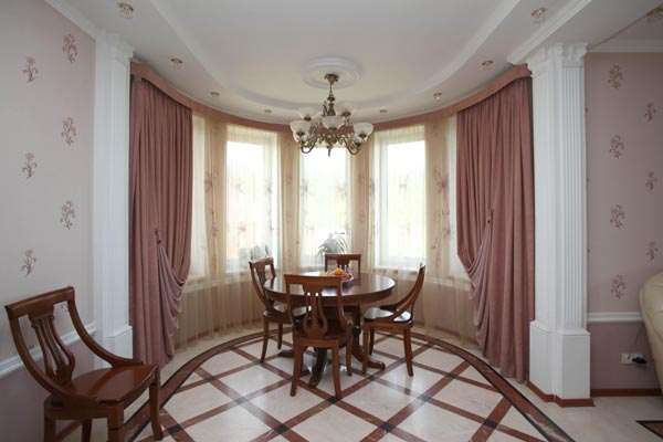 Комната с эркером дизайн интерьера фото